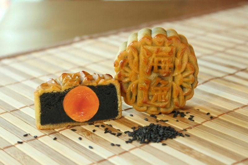4_Mooncake-with-Black-Sesame-Paste-and-Egg-Yolk