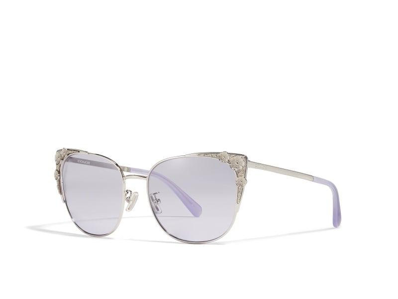 緊貼貓眼款式太陽眼鏡潮流的代表人物就有時尚度十足的潮媽陳慧琳,她早前拍攝新歌《打字機》MV時,還換了多個復古造型。
