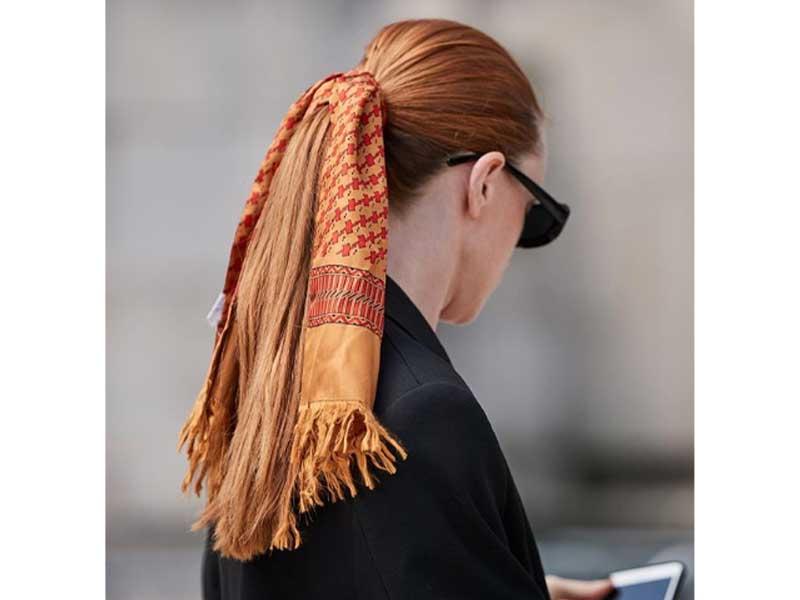 用一條印花精緻的絲巾當頭巾,今年又再流行。