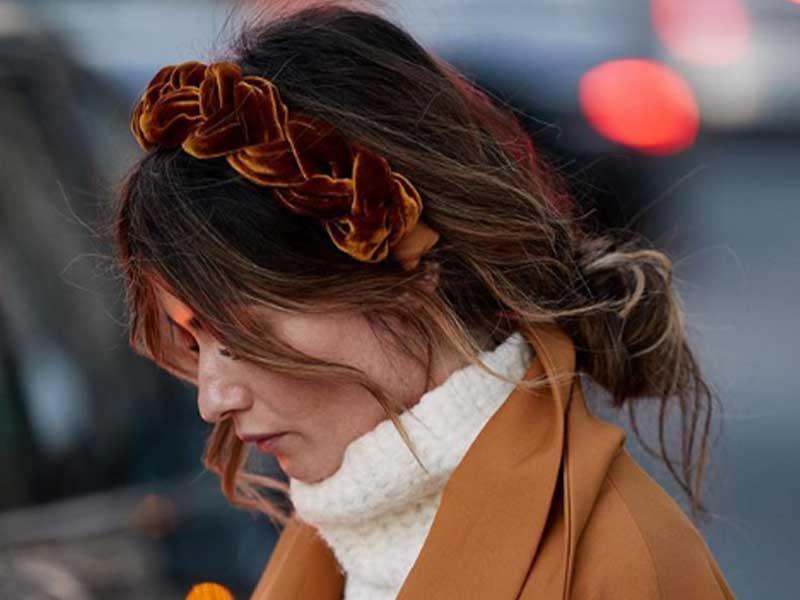 看似隨性其實有精心捲髮再花時間編髮的髮髻/辮子,屬於富家大小姐的造型。