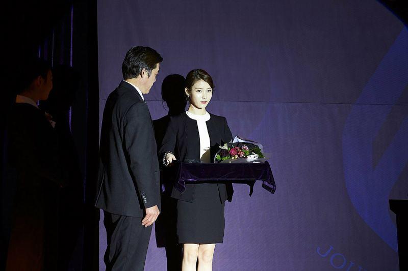 IU在金秀賢退伍前的電影《Real》友情客串