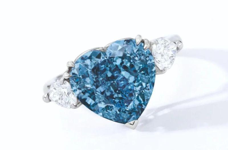 鑽中無以倫比的顏色通常來自於晶體結構中微量的硼元素