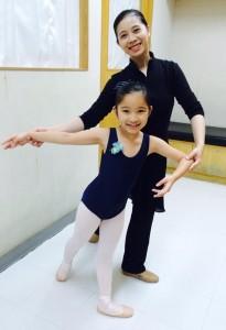 大女兒曾經說,不要轉到別的芭蕾舞學校,一直跟著江校長就好了。