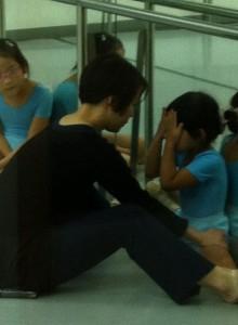 芭蕾舞不容易,但在老師的耐心教導下,還是把困難克服了。我家小女兒由痛哭到現在能夠自如地拉筋。