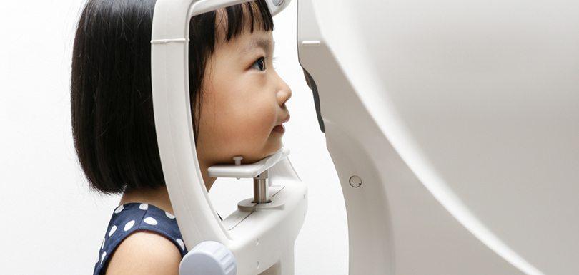 對付遺傳性近視,常用的方法有好幾種,眼科醫生余泓翰分析當中利弊