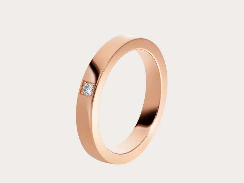 婚戒設計感覺較具陽剛味,中性款式更適合與伴侶配載。