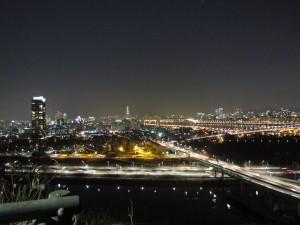 「韓國。景點」追尋韓劇鏡頭下,首爾絢麗的夜:鷹峰山夜景