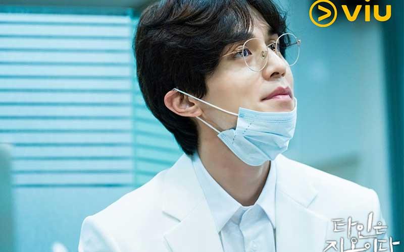 当中表面温文儒雅的牙医徐文祖(李栋旭饰)对他尤其亲切
