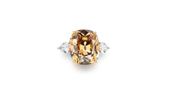 23.46克拉天然彩黃棕色VVS2淨度鑽石配鑽石戒指 鑽石共重約2.00克拉,戒指尺寸6¼,附GIA證書 估價:HK$2,500,000 - 3,500,000