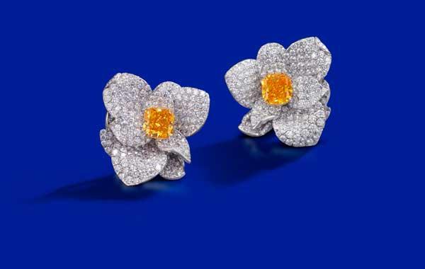 天然2.87及2.53克拉艶彩帶黄橙色及黄橙色鑽石配鑽石耳環 鑽石共重約7.80克拉,彩鑽各附GIA證書 估價:HK$2,800,000 - 3,800,000