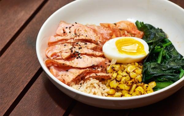 煙三文魚配甜粟米、泡菜、流心蛋、菠菜及糙米飯