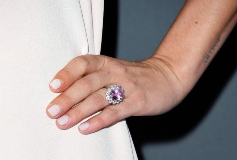 Lady Gaga於2018年收下當時的未婚夫Christian Carino 所送贈約為6克拉的花式粉紅色鑽石戒指作為訂婚戒